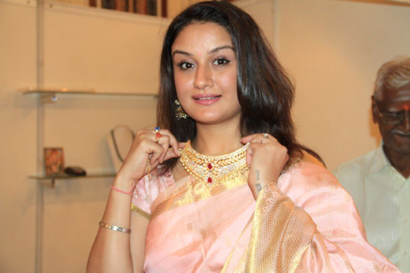 Sonia Agarwal Wiki, Biography, Age, Movies List, Family, Images